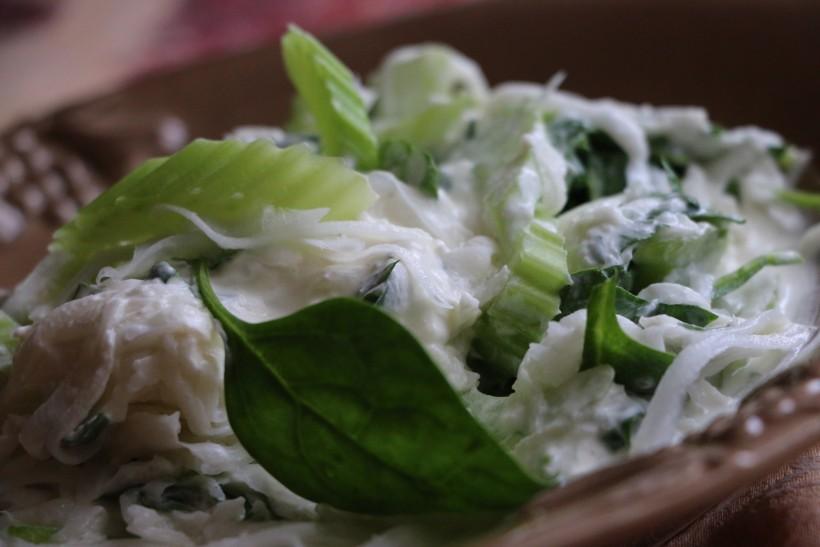 Салат из круглой белой редьки и шпината