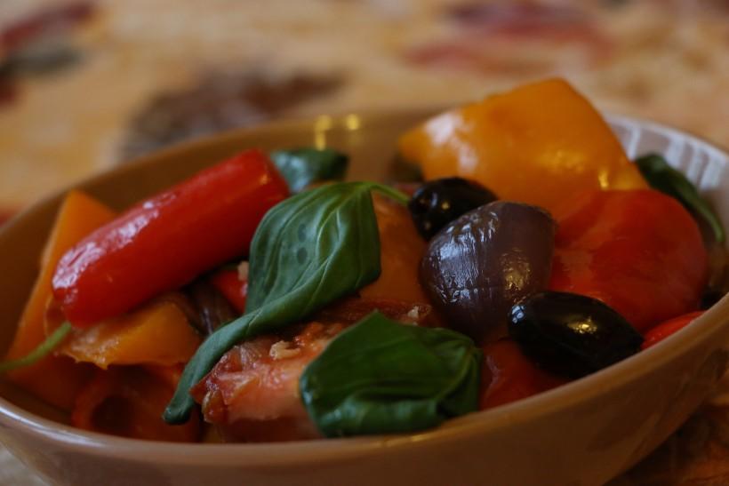 Теплый итальянский салат из болгарского перца и помидоров